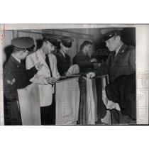 1953 Press Photo American GI's at a Post Exchange - RRX78443