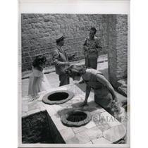 1957 Press Photo Tourists Naples Italy kitchen uncover - RRX69605