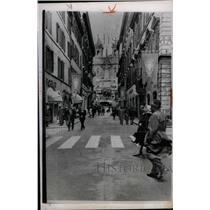 1965 Press Photo Rome Traffic Blackout Attracts Shopper - RRX70423