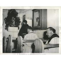 1944 Press Photo Capuchin Priest Praying St Martin - RRX83227