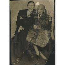 1930 Press Photo Mr Mrs Chas Weber Pose Cameraman Family - RSC48851