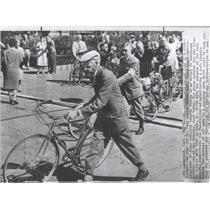 1959 Press Photo Dr.Paul Dudley Leads Cyclists