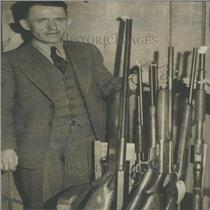 1935 Press Photo Ray Hunpareef guns