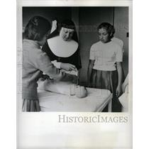 1964 Press Photo Peasant Girls Colombia Catholic Nun - RRX70919