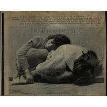1975 Press Photo children sleeping on the streets - RRX76053