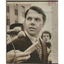 1985 Press Photo Herbert Bart Porter talks with newsman at Washington