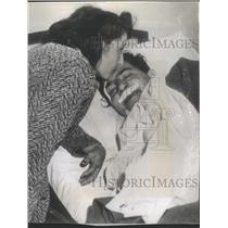 1942 Press Photo Mrs. Kelly Petillo Consoles Husband, Winner Of 1935 Indianoplis
