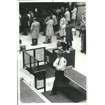 1980 Press Photo Chicago O'Hare Airport Customs Agent - RRU80679