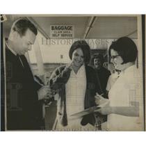 1967 Press Photo David Brinkley Provides Autograph Neb. - RRX98095
