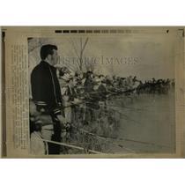 1971 Press Photo Fisher man stand shoulder to shoulder - RRW90293