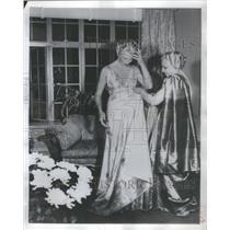 1953 Press Photo Lesson Wear Indian Sari Model Madame Vijaya Lakshmi Pandit York