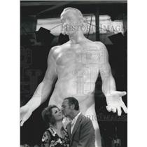 1970 Press Photo Actor David Niven, Virna Lisi in Rome with his 18 ft sculpture
