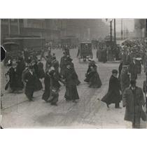 1911 Press Photo London People Crossing Street - XXB05305
