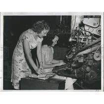1950 Press Photo Aimee Thomas, left & Joan Alexander, typesetters.