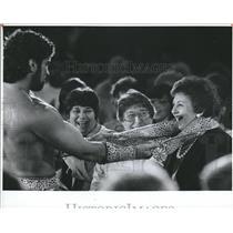 Press Photo Women Reacts to a Man Stripping. - RSH83911