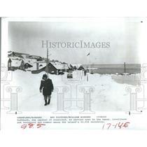 1982 Press Photo Godtharb Greenland Resident Snow Ocean