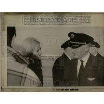 1972 Press Photo TWA Personnel Apologize For Delays - RRU88663
