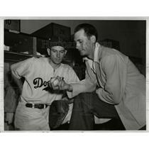 1941 Press Photo Dodgers Vant Davis and Mate Owen in the locker room
