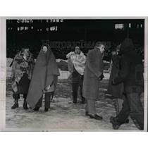 1945 Press Photo Fans Gather Watching Cleveland Rams Vs. Washington Redskins