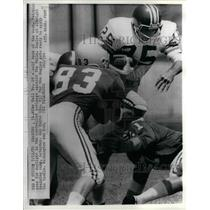 1972 Press Photo Mike Hill, 25, Don Hultz, 83, Eagles, gets ready to make tackle