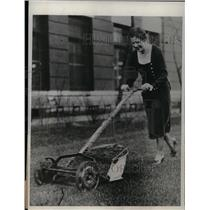 1932 Press Photo Mowing Lawn at Swift & Company Chicago - nea23689