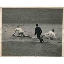 1940 Press Photo New York Giants Burgess Whitehad Safe At Second Base