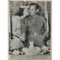 1941 Press Photo Janet Blaire Marrying Sgt Louis Bush Cutting Cake - RSC68833