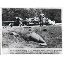 1960 Press Photo Twin engine plane crash in Hickory, N.C - nea75971