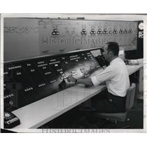 1968 Press Photo Lead Dispatcher William Cartwright NJ Center Tower