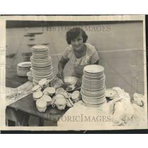 1924 Press Photo Woman Washing Plates Cups Photo