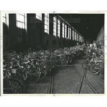 1975 Press Photo Police Auction Off Unclaimed Bicycles - RRT20287