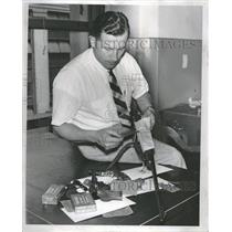 1954 Press Photo Detective Anthony Rozman Holidays Gun - RRT82051