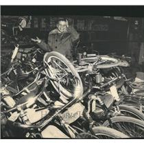 1961 Press Photo Bill Arendt At Police Bicycle Auction - RRT20283