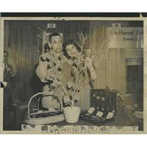 1951 Press Photo Fred Hendee VISTICO Gloria flowers - RRT94743