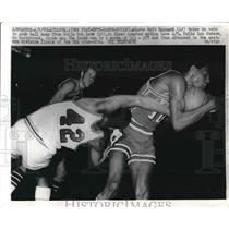 1970 Press Photo Walt Hazzard of The Hawks Tries to Take Ball from Bob Love