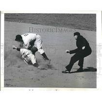 1942 Press Photo Athletics' Elmer Valo out stealing 2nd vs Yankees Joe Gordon