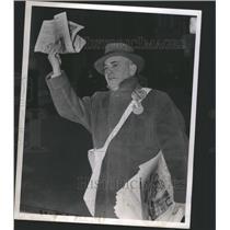 1943 Press Photo Old Newsboy - RRS45467