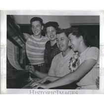 1947 Press Photo Doris Travani Piano Pose Family - RRS84667