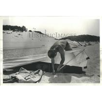1979 Press Photo Assembling Hand Gliding equipment - RRS28445