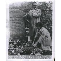 1962 Press Photo Ellen Emerson Places Flower on Grave - RRS38277