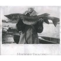 1951 Press Photo Man Fish Fishing Michigan Ocean - RRS90111
