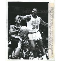 1986 Press Photo Bulls' Oakley Grabs Trailblazer's Head - RRS38093