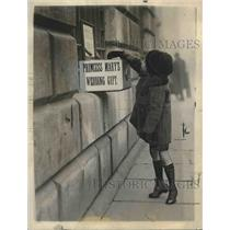1922 Press Photo Boy Gives Money to Mansion House London for Lord Mayor & Mary