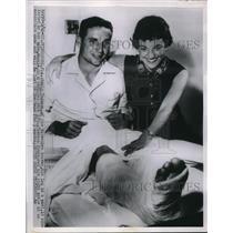 1954 Press Photo Bobby Thomson Milwaukee Braves wife Winkie - nes01232