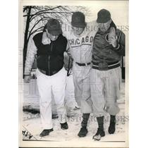 1944 Press Photo Cubs Paul Derringer Hurts Foot, Andy Lotshaw & Roy Johnson