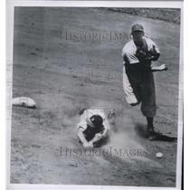 1950 Press Photo Tommy Holmes, Braves, out at 2nd, Wayne Terwilling makes play