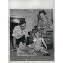 1947 Press Photo Detroit Tigers pitcher Hal Newhouser with family at home