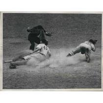 1946 Press Photo Yankees Steve Souchock safe at home vs Indians Frankie Hayes