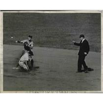 1944 Press Photo George Stirnweiss of Yankees Out, George Myatt of Washington