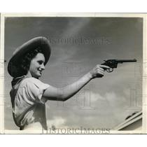 1938 Press Photo mary Elizabeth Mills of Arthur, Tx fires a gun to open bridge